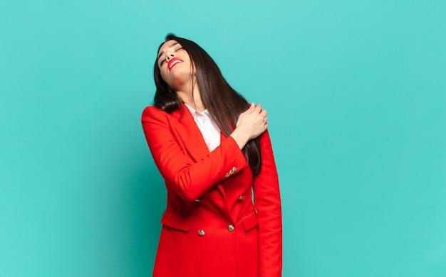 Młoda ładna kobieta czuje się zmęczona, zestresowana, niespokojna, sfrustrowana i przygnębiona, cierpi na ból pleców lub szyi. pomysł na biznes