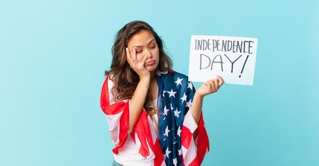 Młoda ładna kobieta czuje się znudzona, sfrustrowana i senna po męczącej koncepcji dnia niepodległości