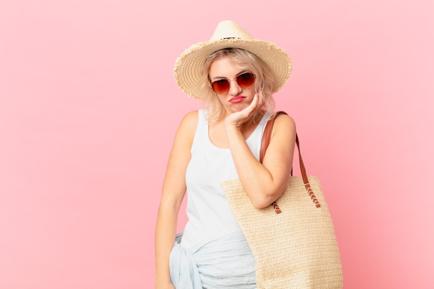 Młoda ładna kobieta czuje się znudzona, sfrustrowana i senna po męczącej pracy. koncepcja letniego turysty