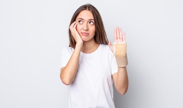 Młoda ładna kobieta czuje się znudzona, sfrustrowana i senna po męczącym dniu. koncepcja bandaża ręcznego