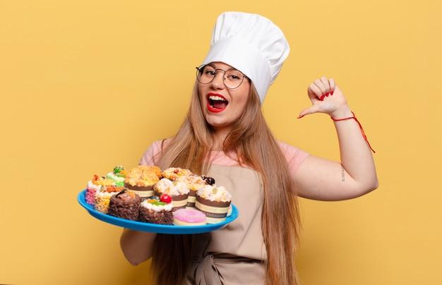 Młoda ładna kobieta dumna ekspresja piekarza koncepcja gotowania