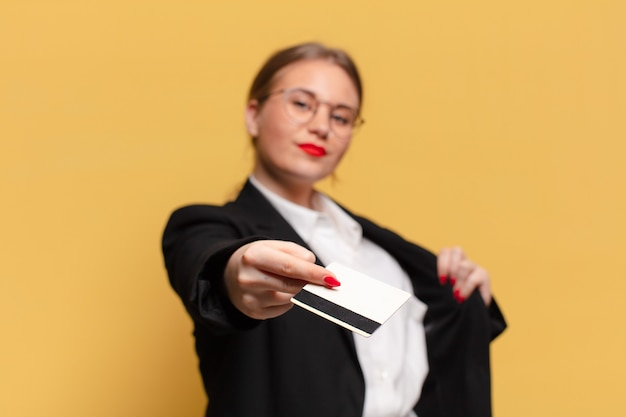 Młoda ładna kobieta dumna koncepcja karty kredytowej