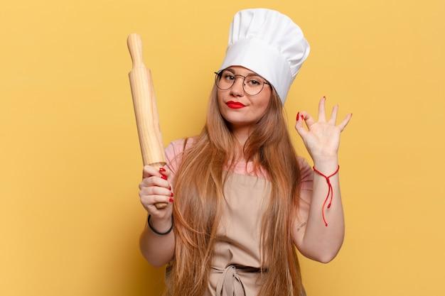 Młoda ładna kobieta dumna koncepcja piekarza ekspresji