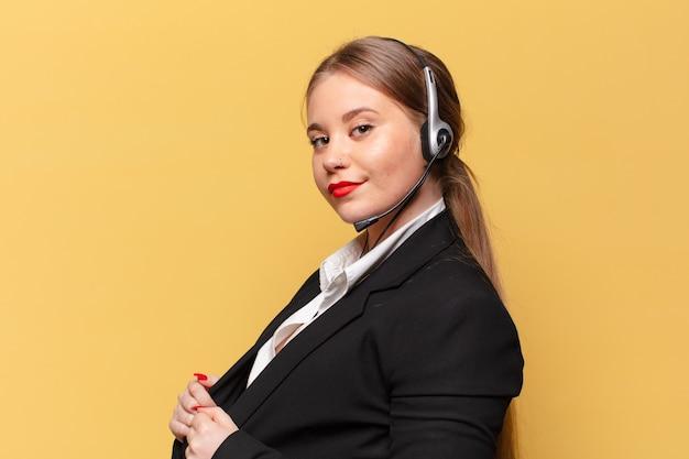Młoda ładna kobieta dumna koncepcja telemarketera wypowiedzi