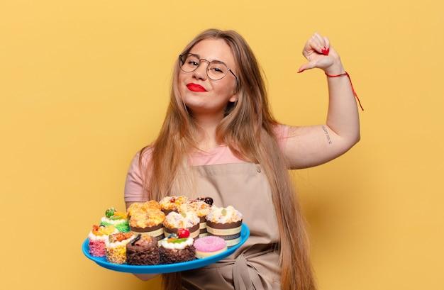 Młoda ładna kobieta dumna z wypowiedzi piekarza z babeczkami