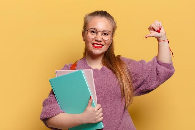 Młoda ładna kobieta dumny wyraz. koncepcja studenta