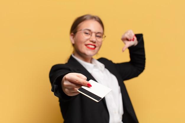 Młoda ładna kobieta dumny wyrażenie koncepcji karty kredytowej