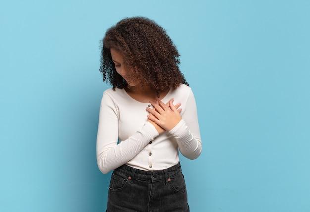 Młoda ładna kobieta gestykuluje na kolorowej ścianie