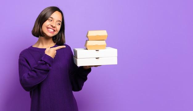Młoda ładna kobieta. koncepcja fast foodów na wynos
