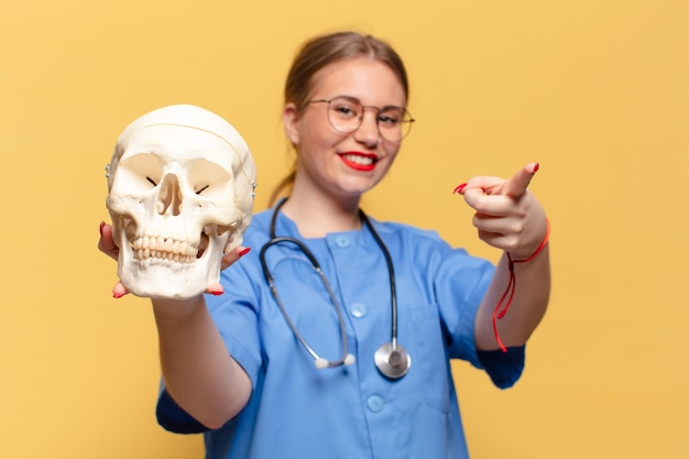 Młoda ładna kobieta. koncepcja pielęgniarki z gestem wskazującym
