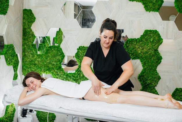 Młoda ładna kobieta korzystających z profesjonalnego masażu kosmetycznego