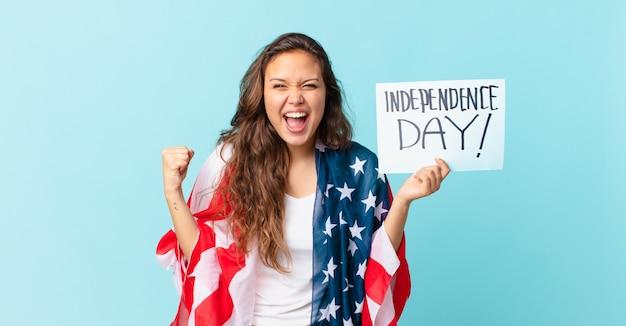 Młoda ładna kobieta krzyczy agresywnie z gniewną koncepcją dnia niepodległości?