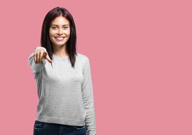 Młoda ładna kobieta krzyczy, śmiejąc się i drwi z innego, koncepcja kpiny i niekontrolowania
