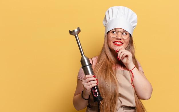 Młoda ładna kobieta. myślenie lub wątpienie w koncepcję szefa kuchni