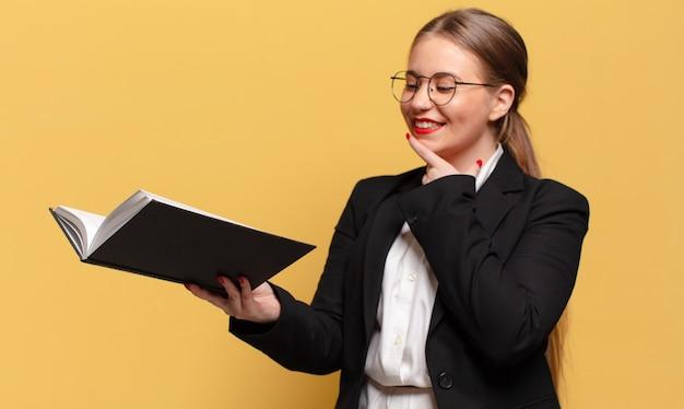 Młoda ładna kobieta myśli biznesową koncepcję
