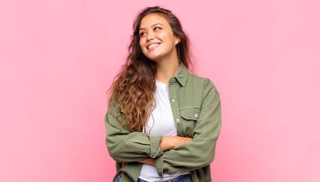 Młoda ładna kobieta na różowym tle