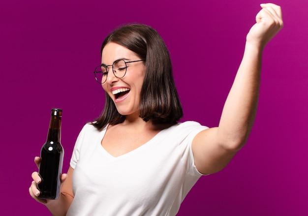 Młoda ładna kobieta pije piwo