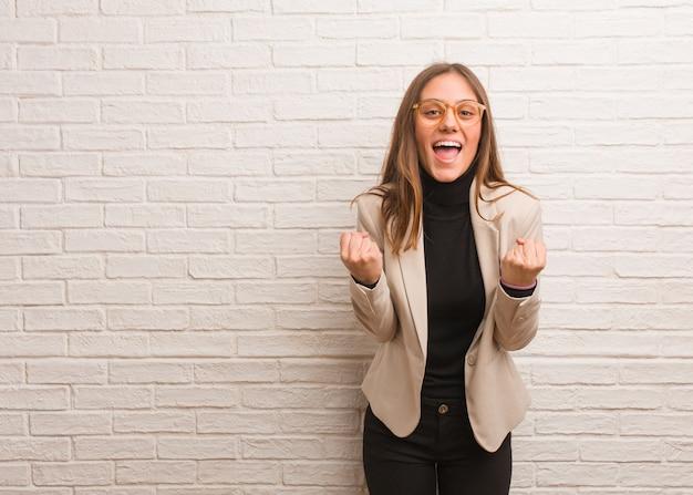 Młoda ładna kobieta przedsiębiorca zaskoczony i zszokowany