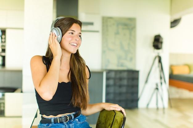 Młoda ładna kobieta, słuchanie muzyki w pomieszczeniu