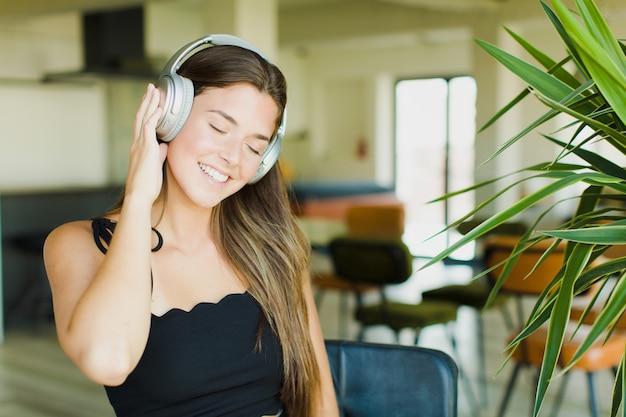 Młoda ładna kobieta, słuchanie muzyki