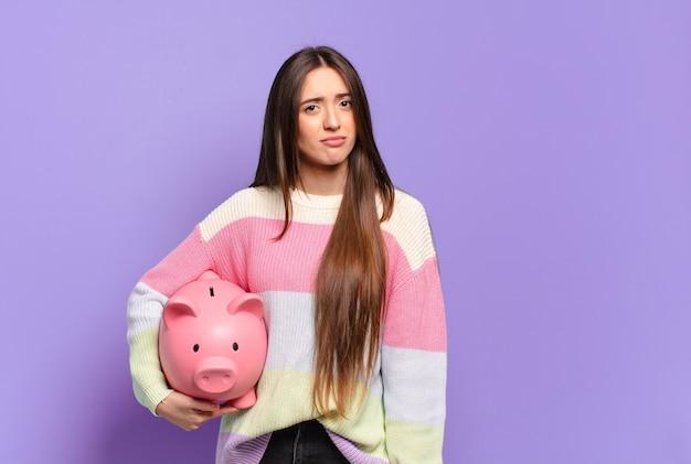 Młoda ładna kobieta smutna i jęcząca z nieszczęśliwym spojrzeniem, płacząca z negatywnym i sfrustrowanym nastawieniem