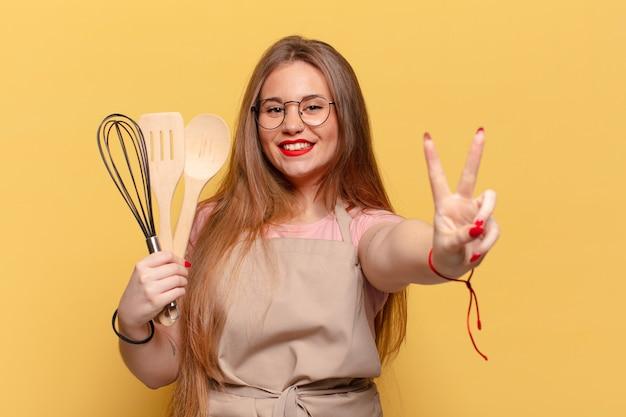 Młoda ładna kobieta. świętować triumf jak zwycięska koncepcja gotowania szefa kuchni