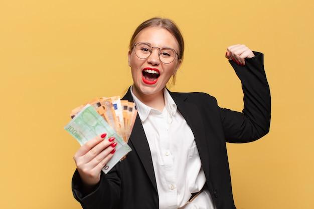 Młoda ładna kobieta świętuje sukces koncepcji banknotów euro