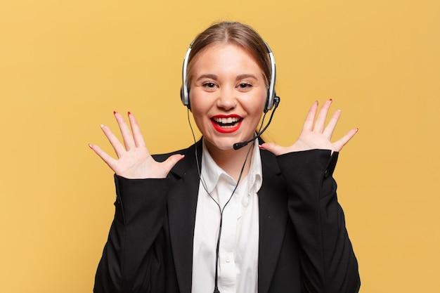 Młoda ładna kobieta. świętujemy triumf niczym zwycięska koncepcja telemarketera
