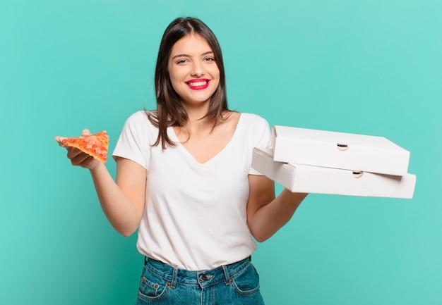 Młoda ładna kobieta szczęśliwa ekspresja i trzymająca pizzę