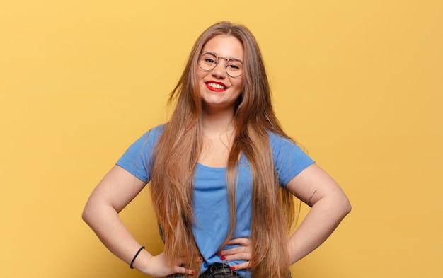 Młoda ładna kobieta szczęśliwa i zdziwiona ekspresja