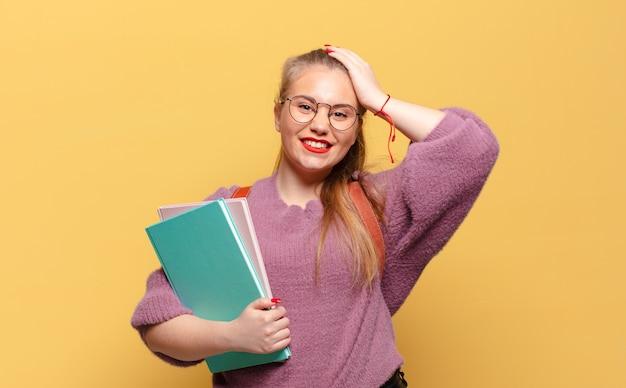 Młoda ładna kobieta szczęśliwa i zdziwiona koncepcja studenta ekspresji