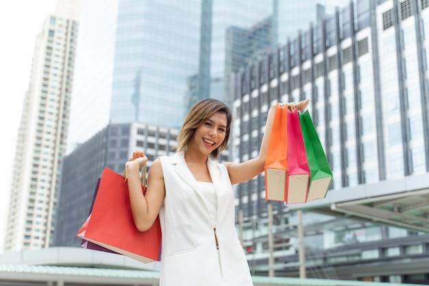 Młoda ładna kobieta szczęśliwa z torba na zakupy