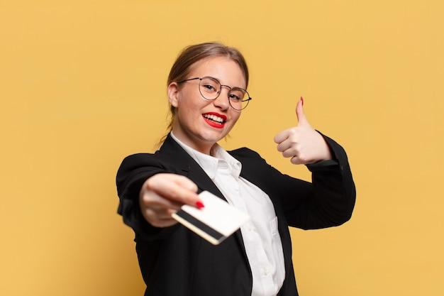 Młoda ładna kobieta. szczęśliwy i zaskoczony wyraz twarzy. koncepcja karty kredytowej
