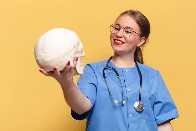 Młoda ładna kobieta. szczęśliwy i zaskoczony wyraz twarzy. koncepcja pielęgniarki