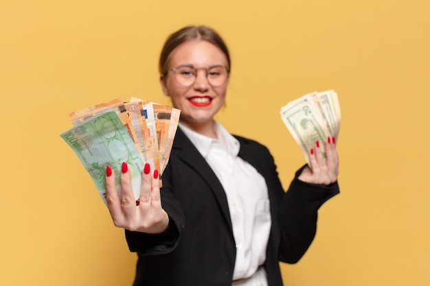 Młoda ładna kobieta. szczęśliwy i zaskoczony wyraz twarzy. koncepcja pieniędzy