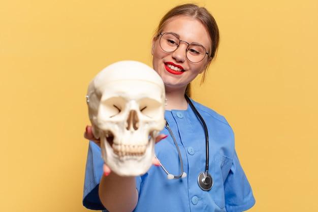 Młoda ładna kobieta. szczęśliwy i zdziwiony wyraz. koncepcja pielęgniarki
