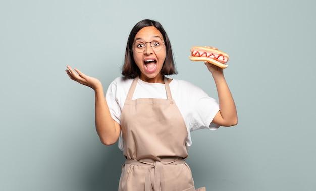 Młoda ładna Kobieta Szefa Kuchni. Koncepcja Fast Food Premium Zdjęcia