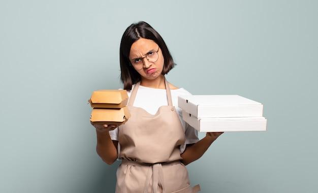 Młoda ładna kobieta szefa kuchni. koncepcja fast food