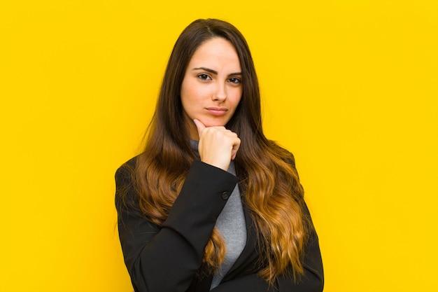 Młoda ładna kobieta szuka poważnego, zmieszanego, niepewnego i rozważnego, wątpiąc w opcje lub wybory pracy lub koncepcji biznesowej