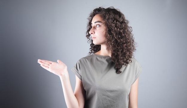 Młoda ładna kobieta trzyma coś w dłoniach