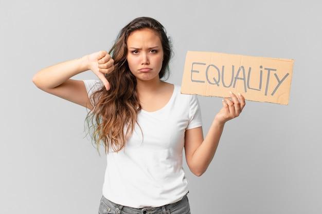 Młoda ładna kobieta trzyma sztandar równości