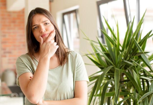 Młoda ładna kobieta w domu