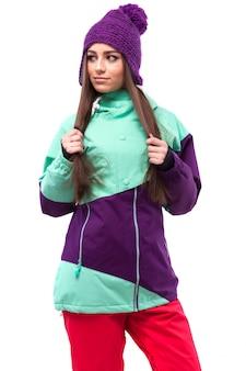 Młoda ładna kobieta w fioletowy płaszcz narciarski