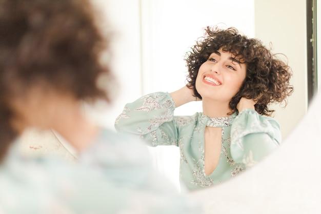 Młoda ładna kobieta w nowej domowej łazience