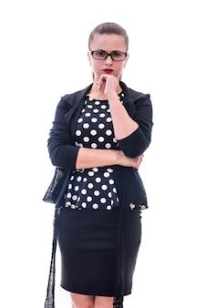 Młoda ładna kobieta w okularach gestykuluje na białym tle