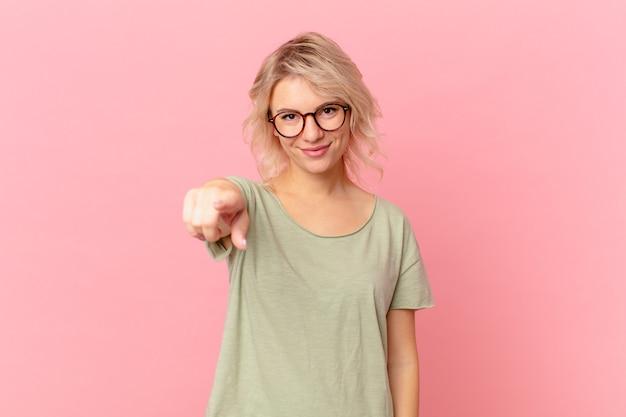 Młoda ładna kobieta, wskazując na kamerę, która cię wybiera