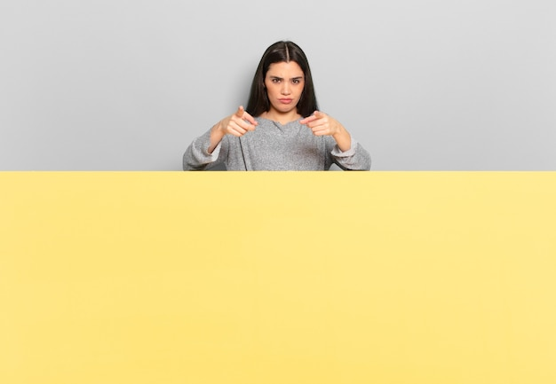 Młoda ładna kobieta, wskazując palcami i gniewnym wyrazem twarzy, mówiąca, abyś wykonał swój obowiązek. skopiuj miejsce, aby umieścić swoją koncepcję