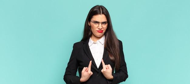 Młoda ładna kobieta wskazująca na siebie z zakłopotanym i zagadkowym spojrzeniem, zszokowana i zaskoczona wyborem. pomysł na biznes