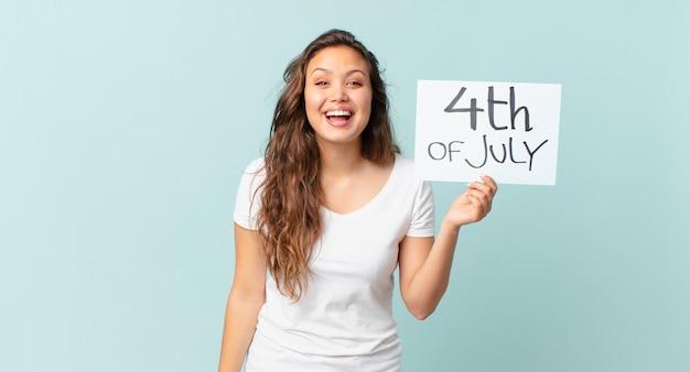Młoda ładna kobieta wygląda na szczęśliwą i mile zaskoczoną koncepcję dnia niepodległości
