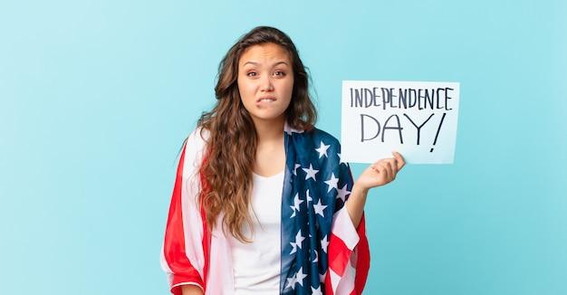 Młoda ładna kobieta wygląda na zdziwioną i zdezorientowaną koncepcję dnia niepodległości